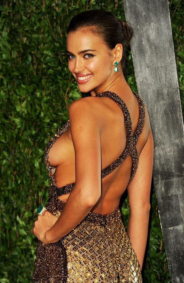 Irina Shayk, într-o rochie cu spatele gol și zâmbește