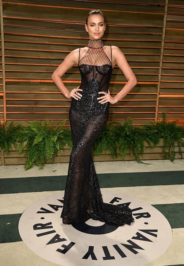 Irina Shayk, într-o rochie neagră și lungă