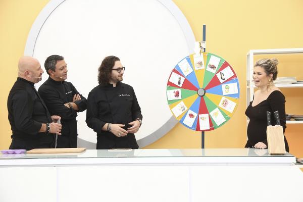 Sorin Bontea, Florin Dumitrescu,Cătălin Scărlătescu și Gina Pistol sunt îmbrăcați în haine negre și trag la ruleta pentru amuletă