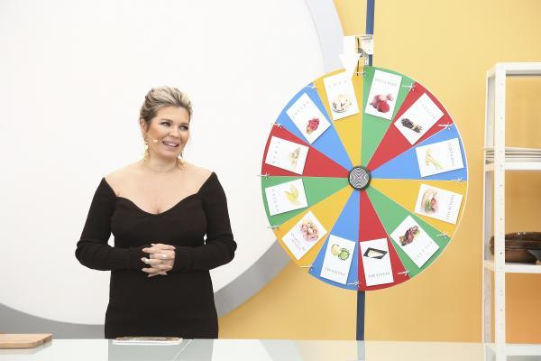 Gina Pistol îmbrăcată într-o rochie neagră și ruleta
