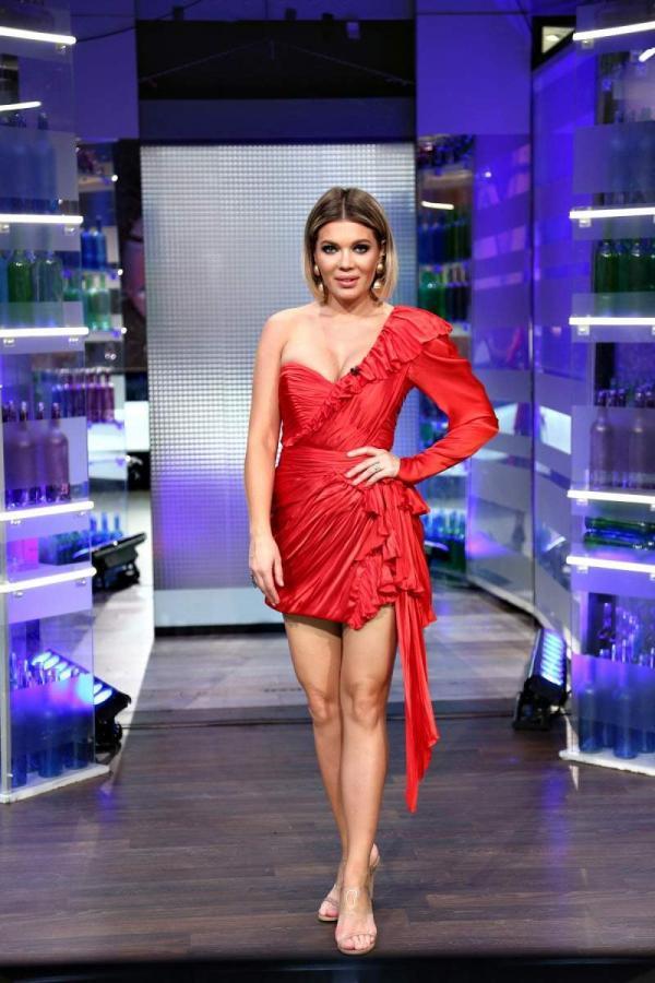 Gina Pistol, într-o rochie scurtă, roșie, la Chefi la cuțite