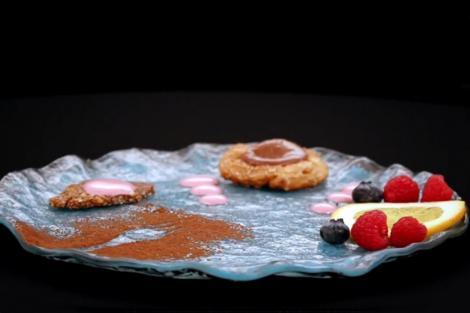 Mousse de ciocolată cu migdale caramelizate și spumă de zmeură