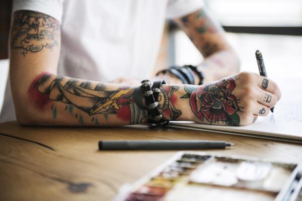 femeie cu tatuaje pe bratul drept