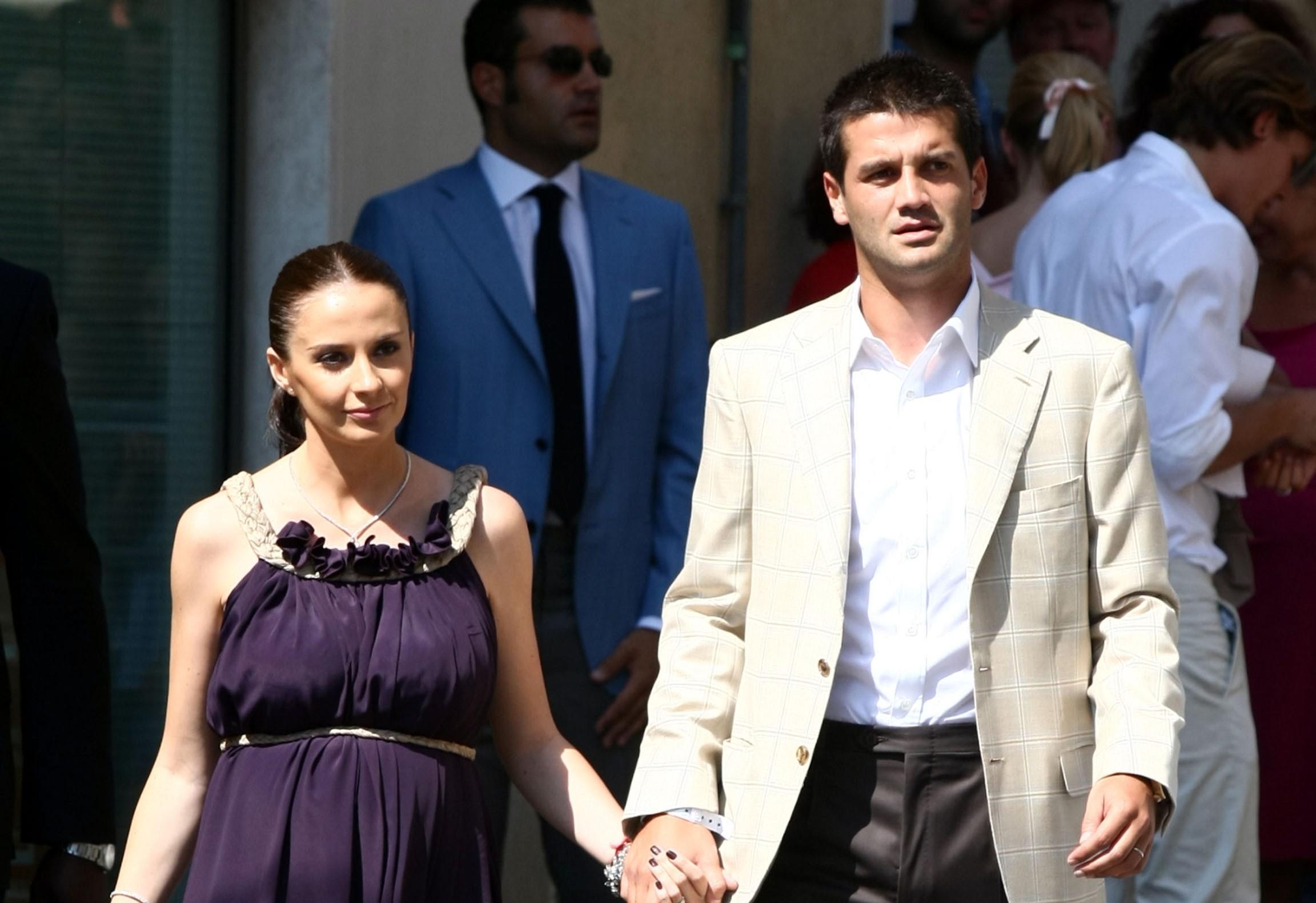 Adelina Chivu într-o rochie lungă și mov, iar Cristi chivu în costum alb