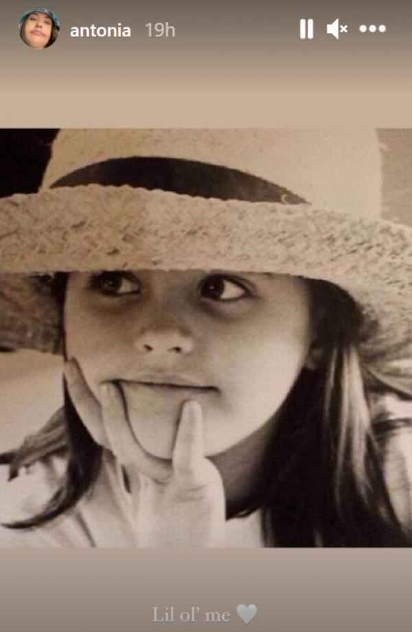 Antonia, imagine din copilărie, purtând o pălărie