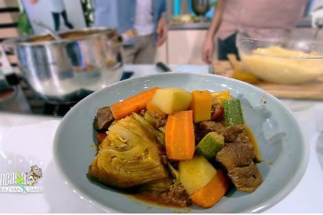 Mâncare din carne de miel în stil marocan cu multe legume și cușcus