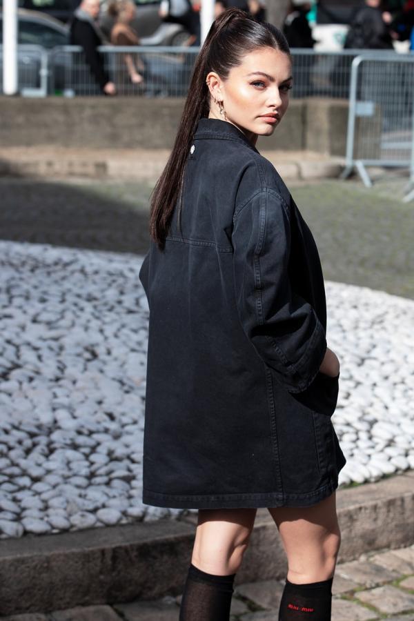 Thylane Blondeau într-o geacă neagră de jeans