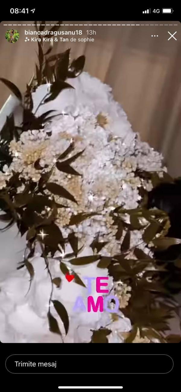 un buchet de flori albe