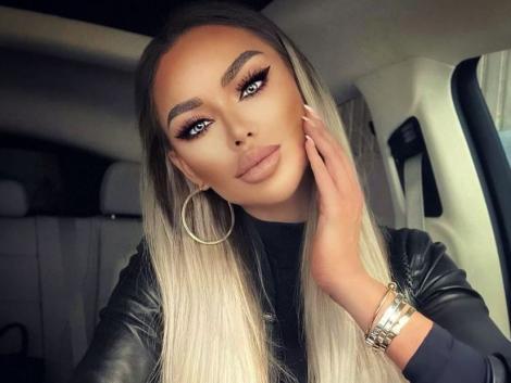 Bianca Drăgușanu blondă, are mâna pe față și se află în mașină