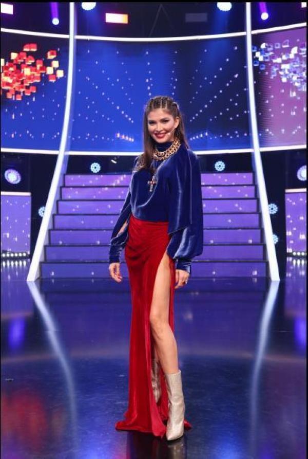 Alina Pușcaș, într-o fustă roșie, de catifea, la Te cunosc de undeva!