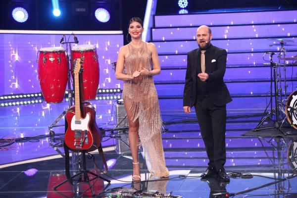 Alina Pușcaș într-o rochie crem, alături de Cosmin Seleși într-un costum negru