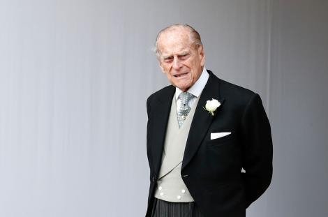 Prințul Philip, purtând un sacou negru și o cămașă albă