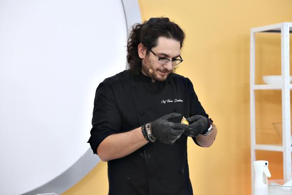 Florin Dumitrescu intr-o tunică neagra, pe platoul Chefi la cuțite
