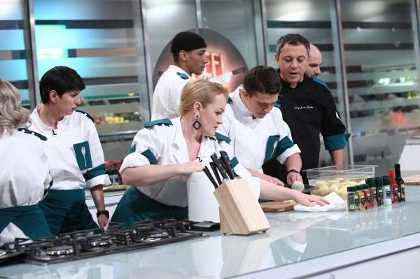 concurentii echipei verzi din sezonul 9 chefi la cutite, in bucatarie