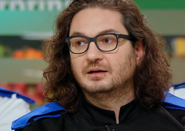 """Florin Dumitrescu, juratul emisiunii """"Chefi la cuțite"""", in bucatarie, mirat sa descopere ce proba de gatit are"""