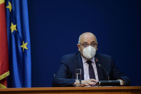 Raed Arafat, purtând masca de protecție