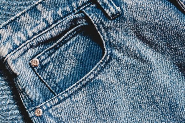 Detaliu blugi albaștri, buzunar mic închis deasupra unui buzunar mare
