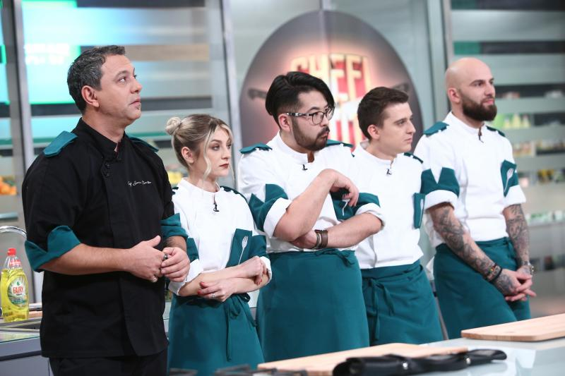 sorin bontea și patru concurenti din echipa verde in bucataria chefi la cutite