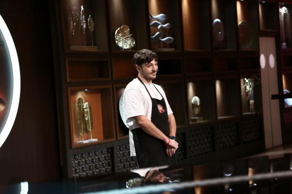 Theo Costache, în șorțul Chefi la cuțite, stă cu mâinile încrucișate și este jurizat, dar nu îi vedem pe chefi