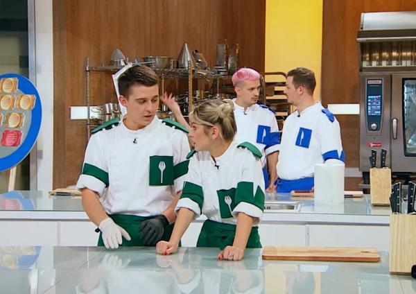 """Concurenții din sezonul 9 al emisiunii """"Chefi la cuțite"""" in bucatarie, la proba de duel"""