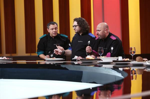 """Sorin Bontea, Florin Dumitrescu și Cătălin Scărlătescu degustand faruriile din al patrulea duel de la """"Chefi la cuțite"""""""