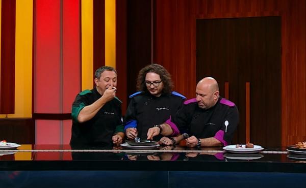 """Sorin Bontea, Florin Dumitrescu și Cătălin Scărlătescu degustand farfuriile din duelul de la """"Chefi la cuțite"""""""