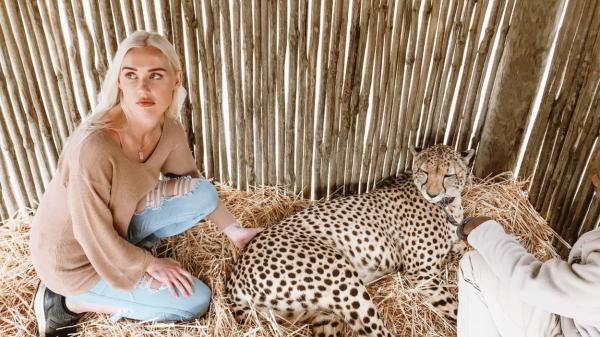 Sarah Lea, pozandu-se cu un animal salbatic