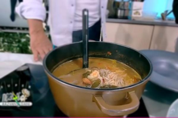 Supa thailandeză Tom Yum se servește fierbinte, decorată cu coriandru proaspăt