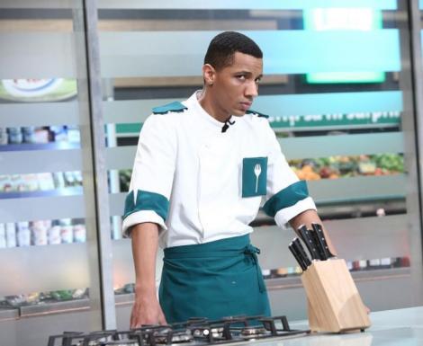 Alexandro Matias, îmbrăcat în uniforma verde, la Chefi la cuțite
