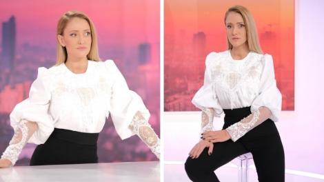 Iuliana Pepene, îmbrăcată în pantaloni negri și bluză albă, cu mâneci bufante, în platoul Observator