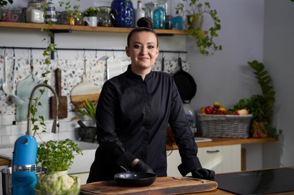 Roxana Blenche în tunică neagră