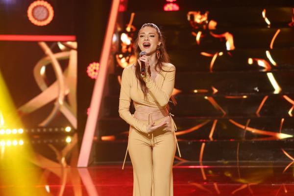Otilia Bilionera, într-un costum de culoarea pielii, pe scena Te cunosc de undeva!, în gala românilor de top