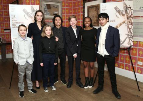 Angelina Jolie, îmbrăcată în negru, și cei șase copii, la unul dintre evenimentele la care au participat împreună