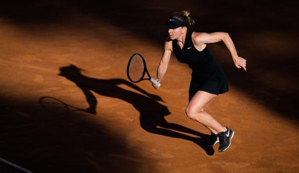 Simona Halep, într-o ținută neagră, pe terenul de tenis, în turneul de la Roma