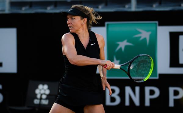 Simona Halep, într-o ținută neagră, jucând tenis, în turneul de la Roma