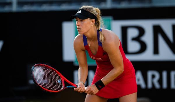 Angelique Kerber, în roșu, pe terenul de tenis