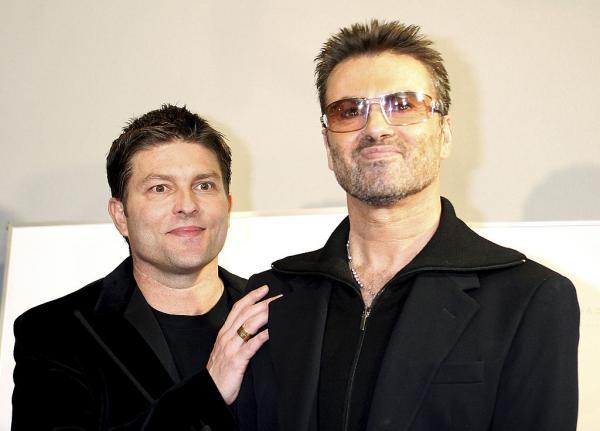 George Michael și fostul lui iubit, Kenny Goss, îmbrăcați amândoi în negru