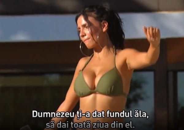 concurenta de la burlacul, in bikini de culoare verde, cu decoltau adanc