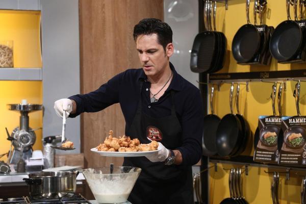 Ștefan Bănică într-o cămașă neagră, la Chefi la cuțite