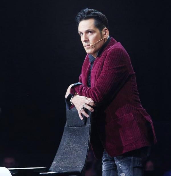 Ștefan Bănică într-un sacou vișiniu, la X Factor 2020