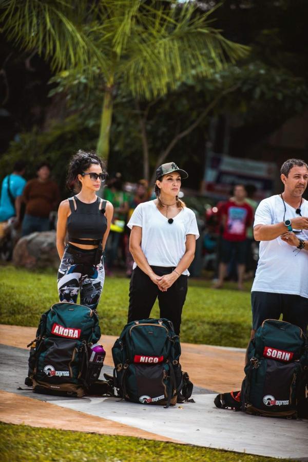 Nico într-un tricou alb și Alexandra într-un tricou negru, la Asia Express