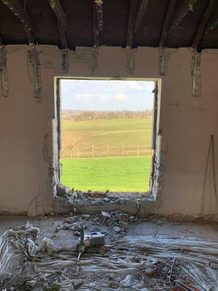 fereastra din biserica veche cumparata de Emily Barratt
