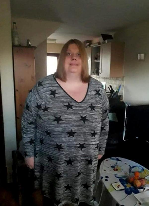 Karina Dunford, pe vremea când avea 187 de kilograme, pozata in casa