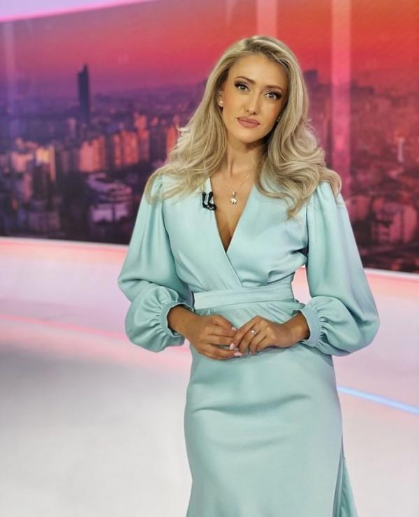 Iuliana Pepene, într-o rochie turcoise, la Observator