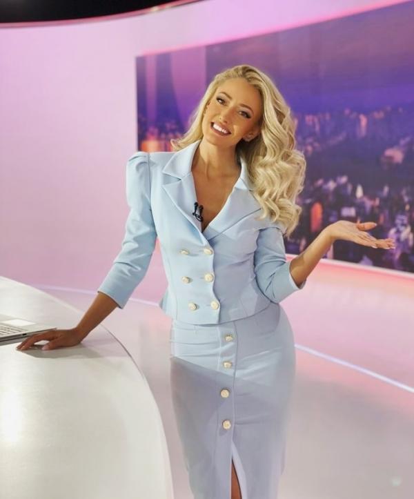 Iuliana Pepene, într-o rochie albastră, la Observator