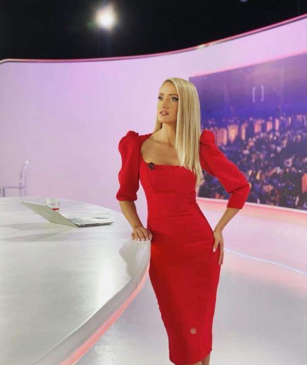 Iuliana Pepene, într-o rochie roșie, în platoul Observatorului