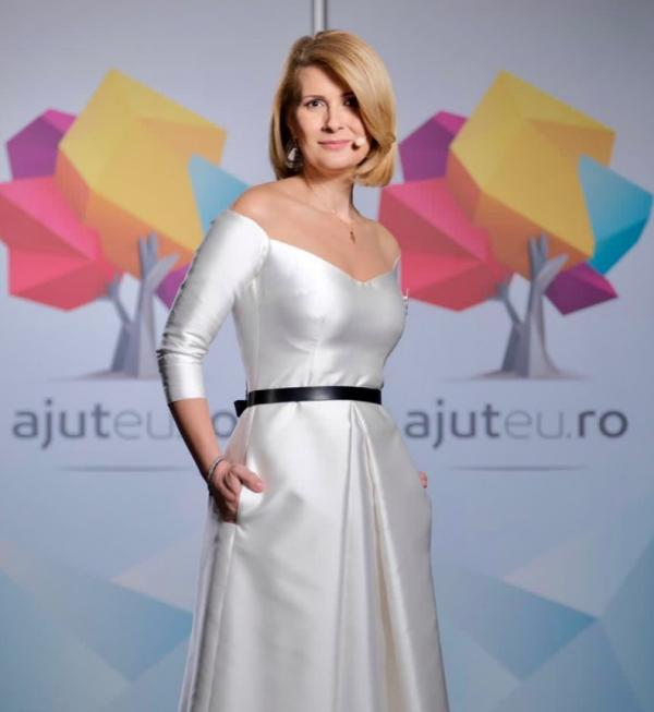 Alessandra Stoicescu, purtând o rochie albă, la gala Ajut Eu