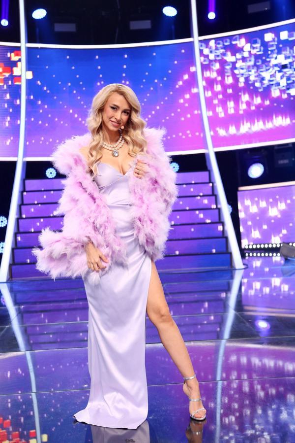Andreea Bălan, purtând o rochie lila, lungă, cu crăpătură pe piciorul stâng, în Finala sezonului 16 TCDU