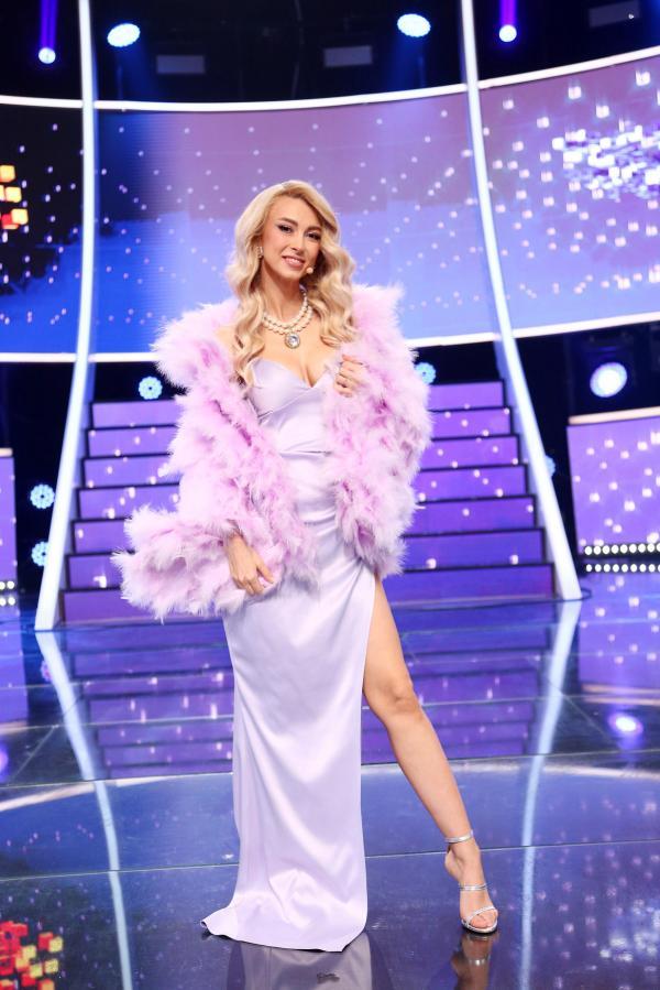 Andreea Bălan, purtând o rochie lila, lungă, cu crăpătură pe piciorul stâng, în Finala sezonului 16 de Te cunosc de undeva!