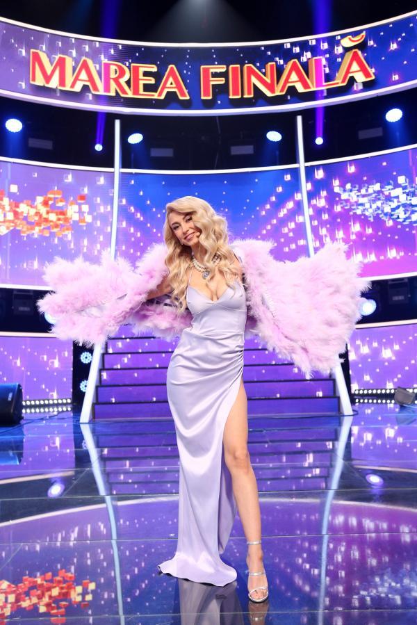 Andreea Bălan, purtând o rochie lila, lungă, în Finala Te cunosc de undeva! 2021